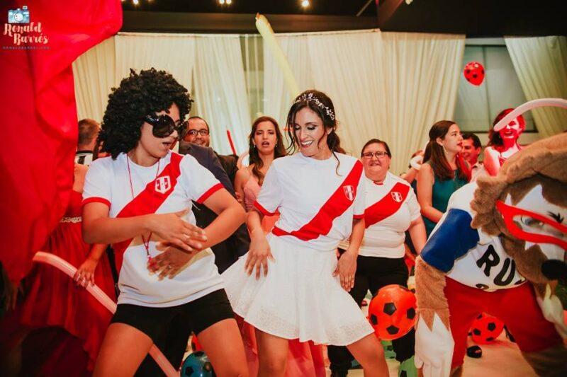chica bailando con personaje futbolero en hora loca de lima