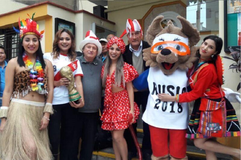 personas disfrutando de una celebración con tematica de hora loca peruana